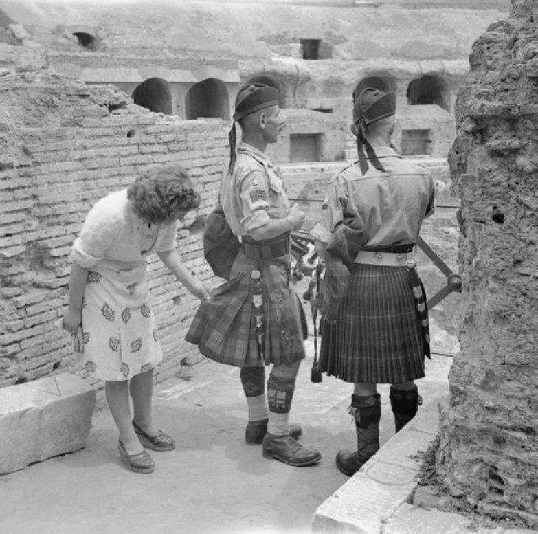 Допитлива італійка розглядає одяг шотландського солдата