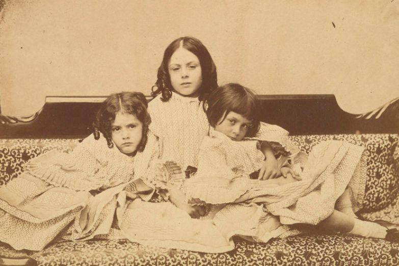 Эдит, Ина и Алиса Лидделл на диване, Льюис Кэрролл, лето 1858 г.