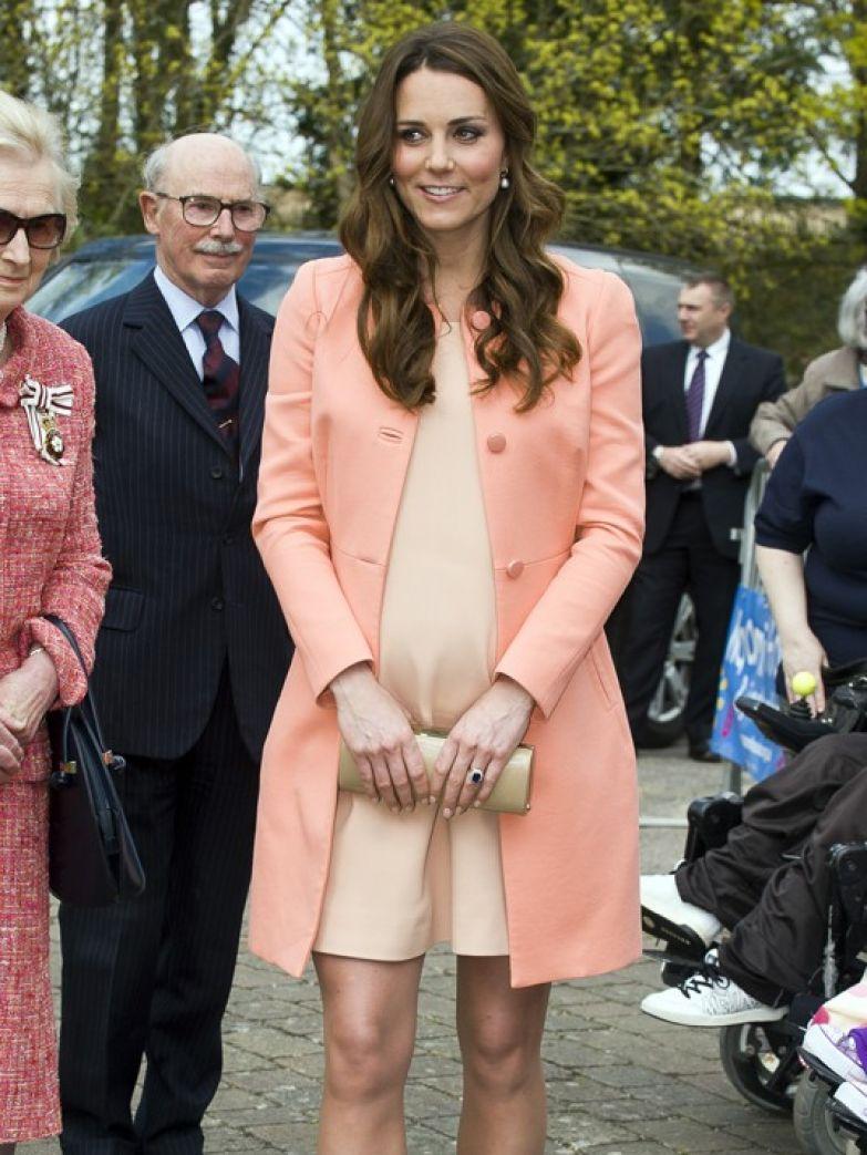 Почему Меган Маркл всегда смотрит в камеру, в отличие от Кейт Миддлтон? (фото 5)