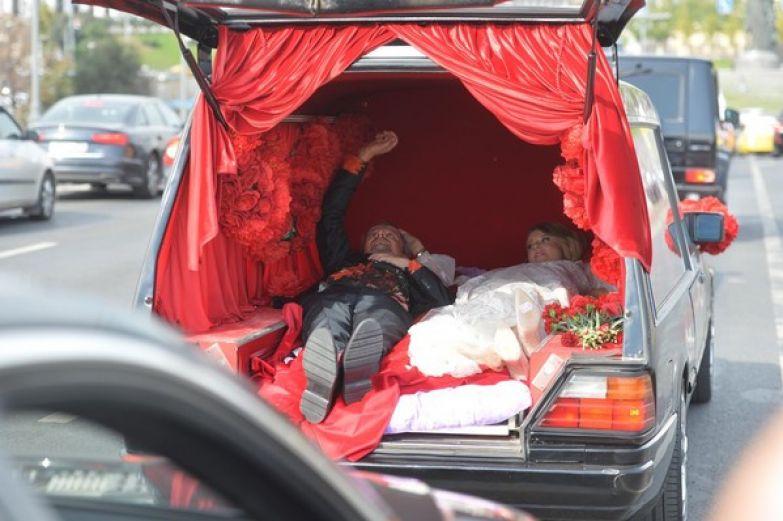 Так выглядела свадебная машина Собчак и Богомолова
