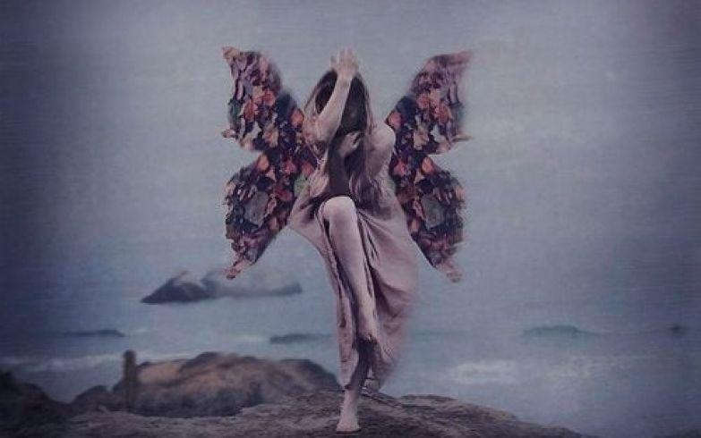 Женщина с крыльями летящая над пропастью и трудности