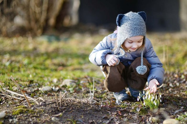 ребенок и подснежники