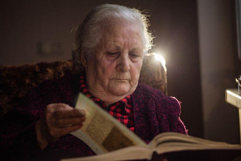 пожилая женщина читает