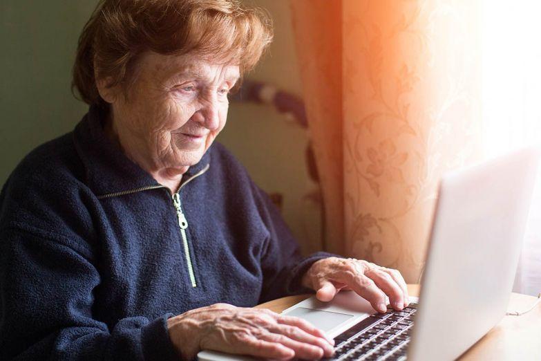 бабушка работает