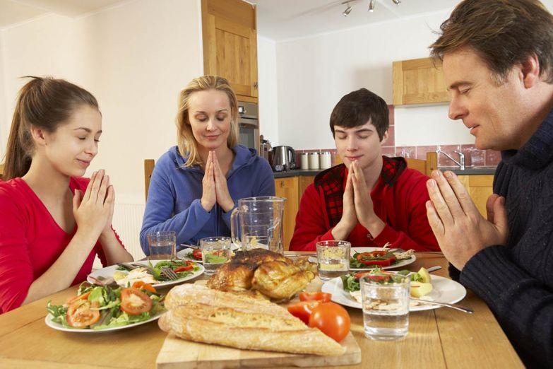 семья молится