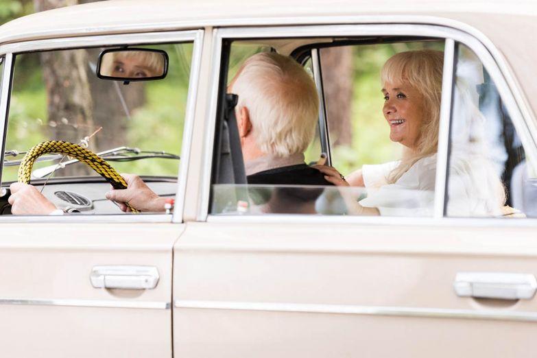 супруги в машине