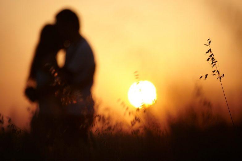 пара влюбленных закат