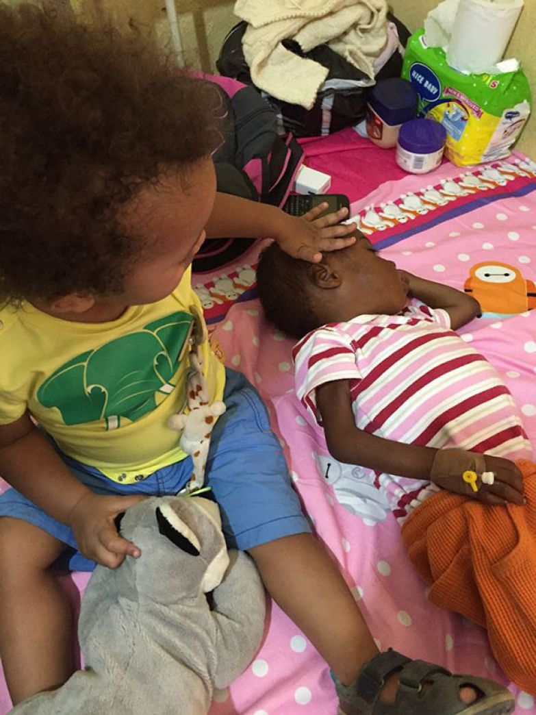 Душераздирающие фотографии спасения 2-летнего мальчика, брошенного умирать на улице мальчик, нигерия, спасение