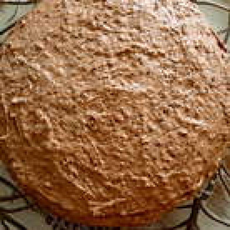 Затем накрываем вторым коржом, смачиваем его молоком и наносим оставшуюся половину крема.