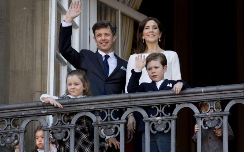 В очереди престолонаследия сразу за кронпринцем Фредериком следует его старший сын Кристиан, на фото - справа