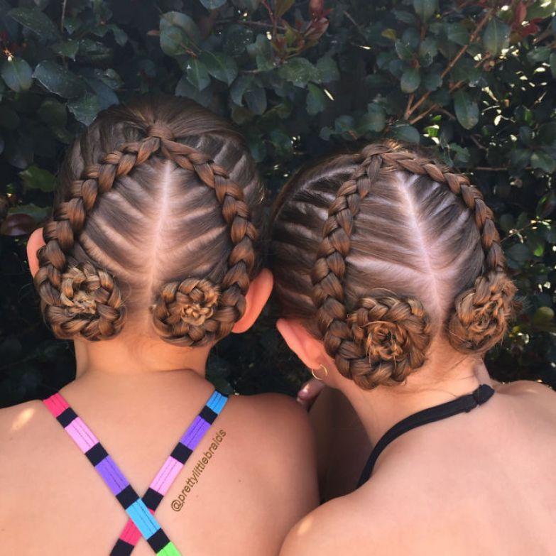 Незадолго до выхода в школу девочка просто садится посмотреть телевизор, а мама в это время заплетает ей косы дочь, коса, мама, прическа
