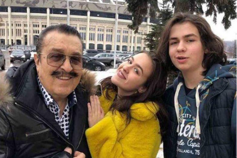 Вилли Токарев с младшими детьми