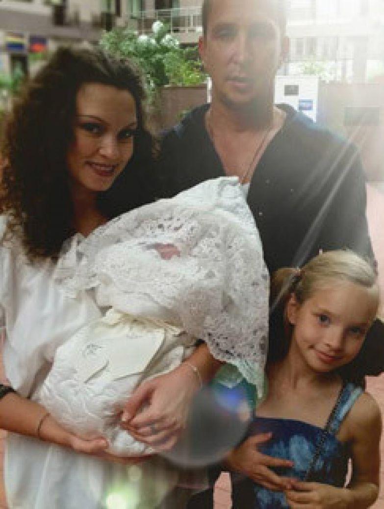 Певец Данко с супругой Наталией и дочками