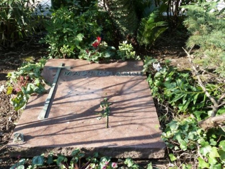 Могила Мастроянни на кладбище Верано в Риме. / Фото: эпитафии.ру