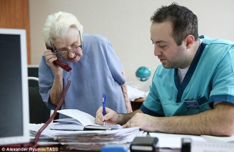 Алла Ильинична прекрасно находит общий язык с молодыми врачами