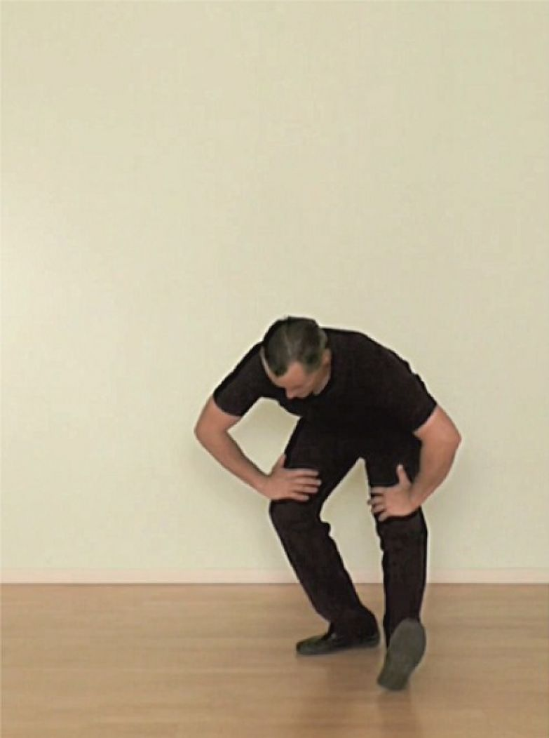 Удерживание пятки, прижатой к полу. Поставьте правую стопу перпендикулярно левой, слегка согните правую ногу в колене, а левую стопу выведите как можно дальше перед корпусом – почти вся тяжесть тела должна приходиться на правую ногу. Удерживайте это положение тела несколько секунд, затем повторите это движение для второй ноги.