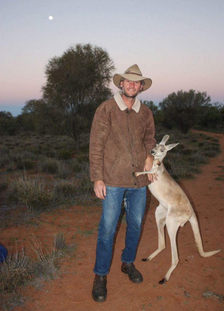 Благодарная кенгурушка каждый день приходит пообниматься со своими спасителями австралия, животные, кенгуру, обнимашки