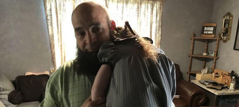 Дети, попадающие к этому мужчине, обречены на смерть. За последние 20 лет в его доме скончалось 10 малышей!