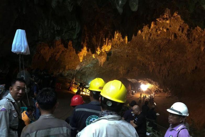 В пещере работают специалисты со всего мира.