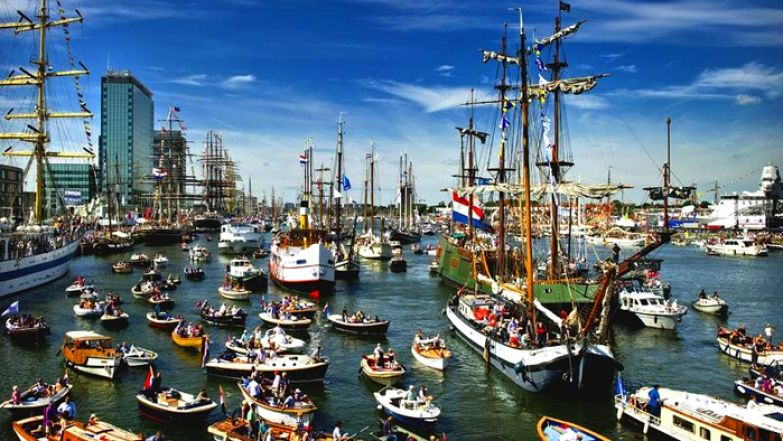 Тысячи судов собираются в бухте Эй на севере Амстердама.