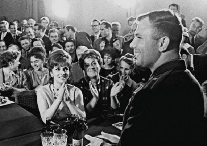 Юрий Гагарин и Джина Лоллобриджида. Москва, 1961 год.