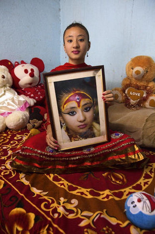 Самита Баджрачарья, 12 лет. Полгода назад девочка вернулась к земной жизни, пока с трудом ходит в школу