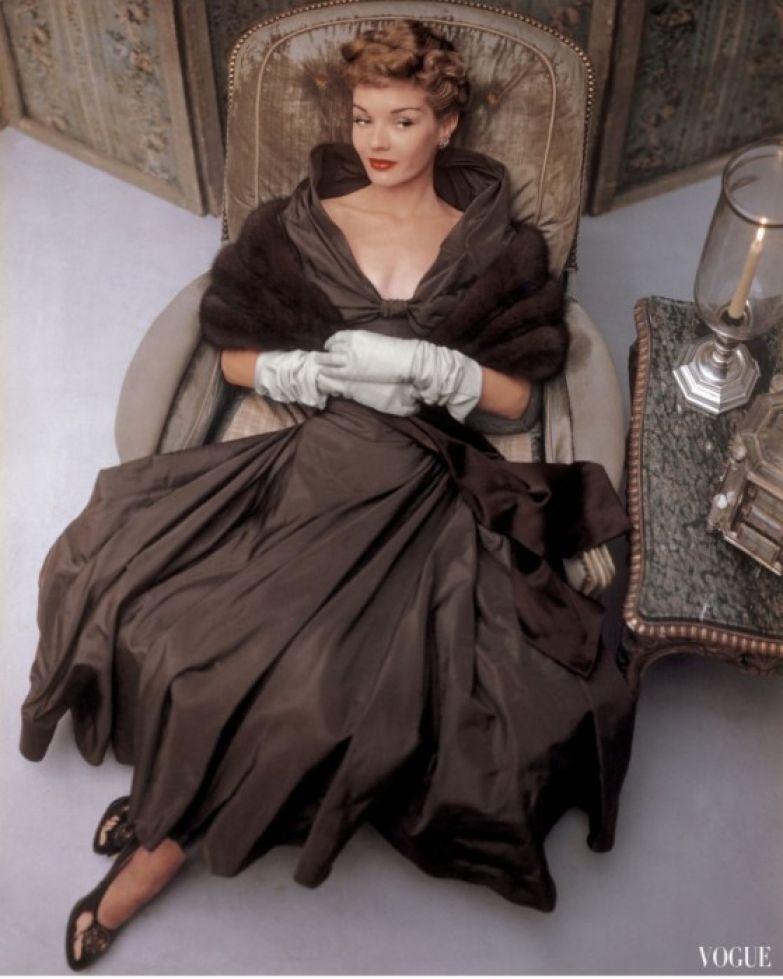В вечернем наряде с открытыми плечами, глубоким декольте и меховой накидкой на плечах, 1948 год.
