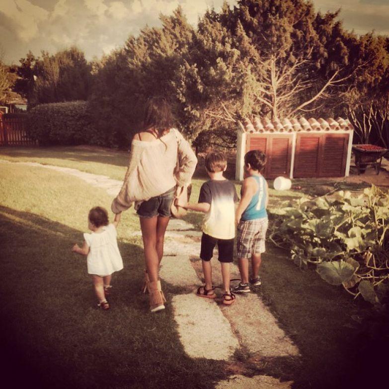 Лейла с приемной дочкой и сыновьями