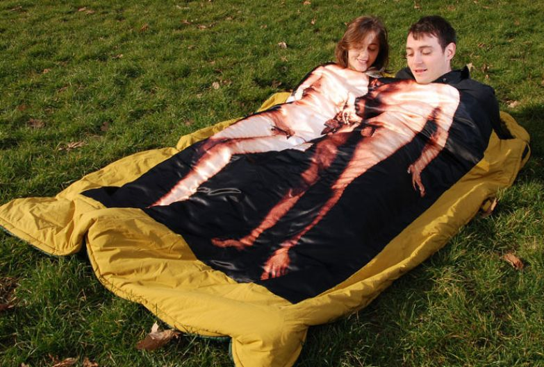 Спальный мешок тоже подойдет для хорошего времяпровождения на природе поход, прикол, туризм, юмор