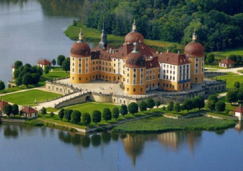Замок назвали в честь Дюка Морица Саксонского, который построил здесь охотничий домик.