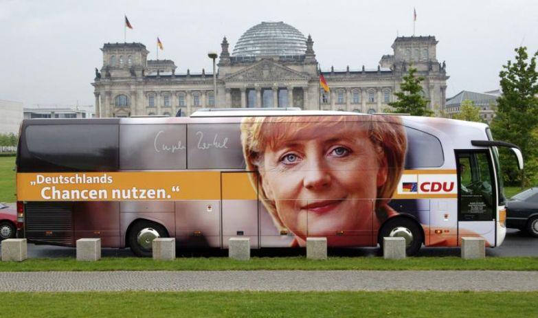 Рекламный автобус Ангелы Меркель во время кампании в Берлине в 2005 году.
