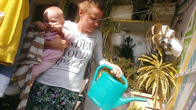 После завтрака Василиса помогает маме ухаживать за садом на балконе, здесь ей даже удается заняться своими тремя зубами будни, мама, проект