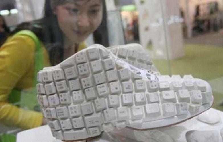 Специально для любителей подолгу сидеть за компьютером в Китае была создана особая обувь из клавиатуры.