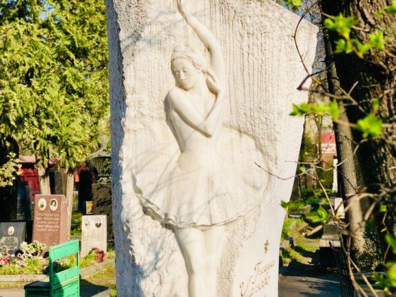Высеченная на грубом белом камне фигура балерины Галины Улановой символизирует ее утонченность и при этом очень стойкий характер.