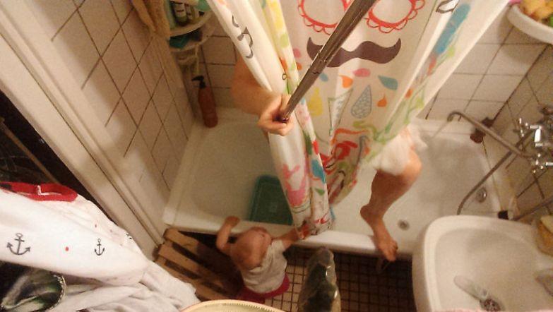 Василиса очень беспокоится за мамину гигиену, поэтому дверь в ванную комнату всегда открыта и девочка может проверить, достаточно ли мыла взяла мама будни, мама, проект
