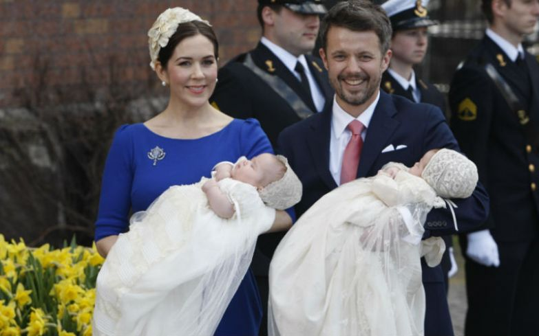 Кронпринц Дании и кронпринцесса Мэри приветствуют поклонников после крещения близнецов Винсента и Йозефины