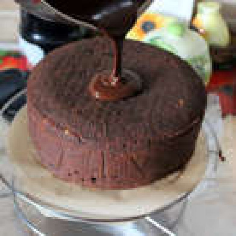 Рецепт ганаша можно посмотреть здесь http://www.edimdoma.ru/retsepty/71416-orehovyy-tort-s-shokoladnoy-glazuryu-i-apelsinovym-dzhemom