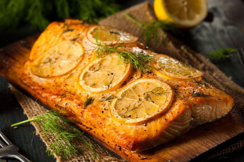 Подавать рыбу можно с зеленью, овощами, картофелем или рисом, предварительно сбрызнув ее белым вином