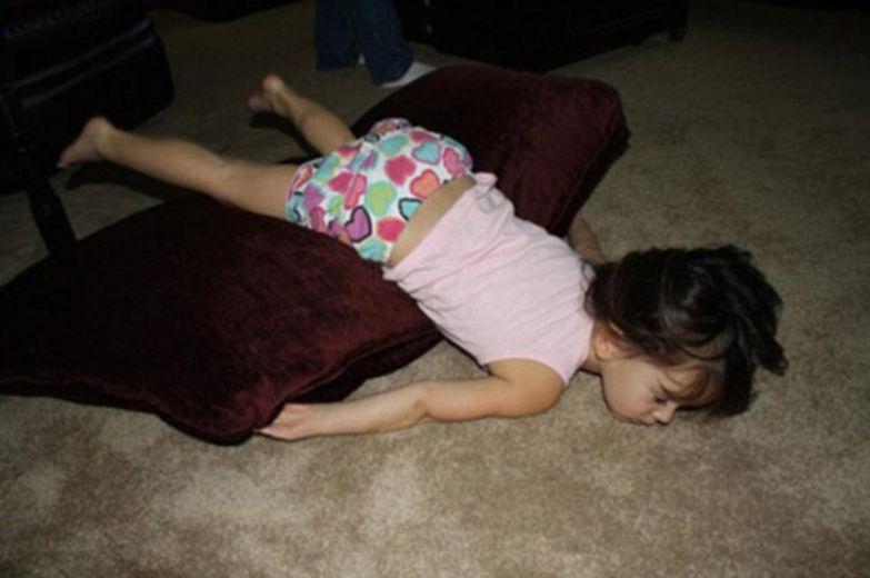 11. Кажется, ей не рассказали с какой стороны тела должна быть подушка. дети, дети спят