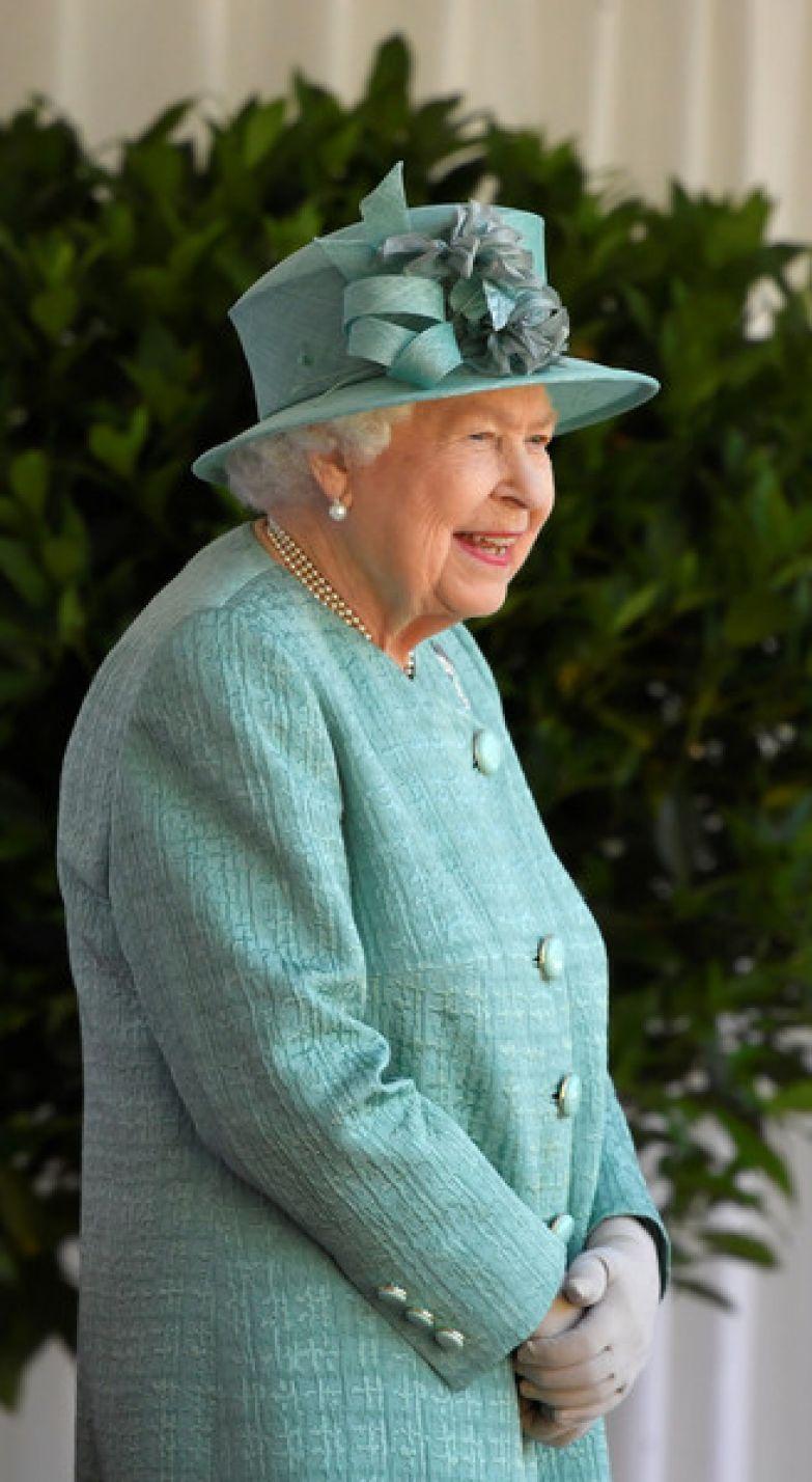 Королева первой поздравила новобрачных