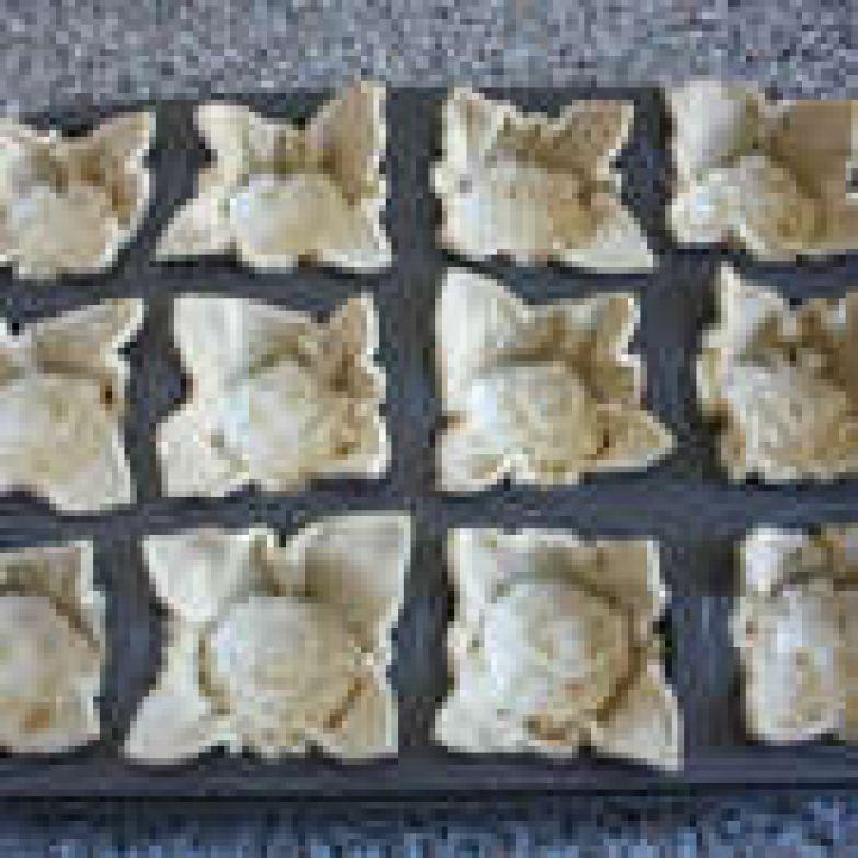Полученную массу разложить аккуратно чайной ложкой на дно каждого пирожка. На 1 пирожок получится примерно 1-1,5 ч.л.- это немного, но позволит создать прочную базу под вишнёвую начинку.