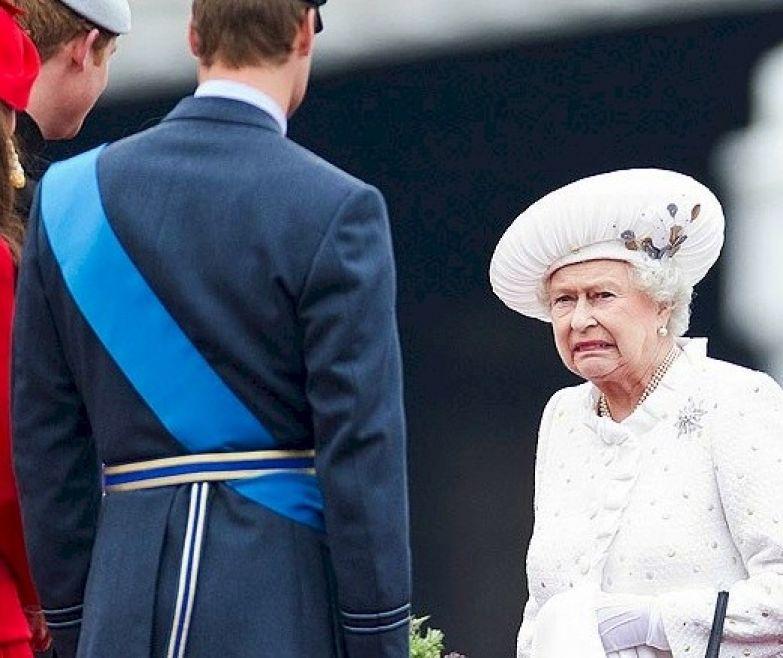 8. Да, похоже, она часто пользуется этим выражением лица британия, королева Елизавета, королевская семья, этот неловкий момент