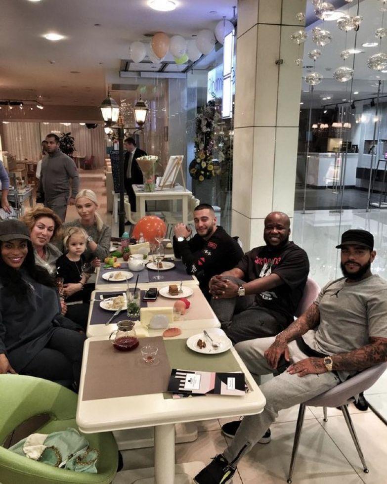Алена Шишкова и семья Тимати
