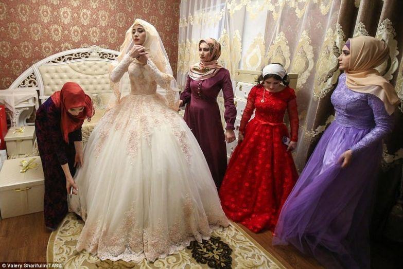 Зрелые раздели невесту силой