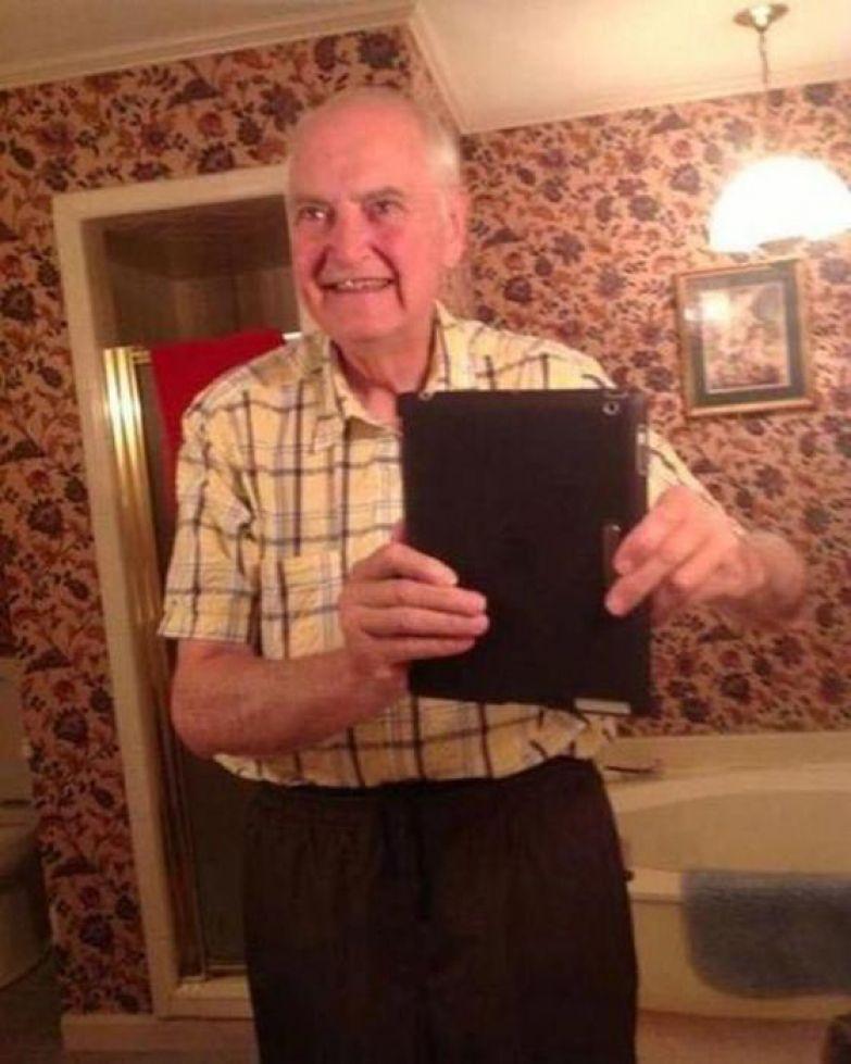 10. Подарили отцу на 70-летие планшет, и он сразу решил сделать селфи родители, юмор