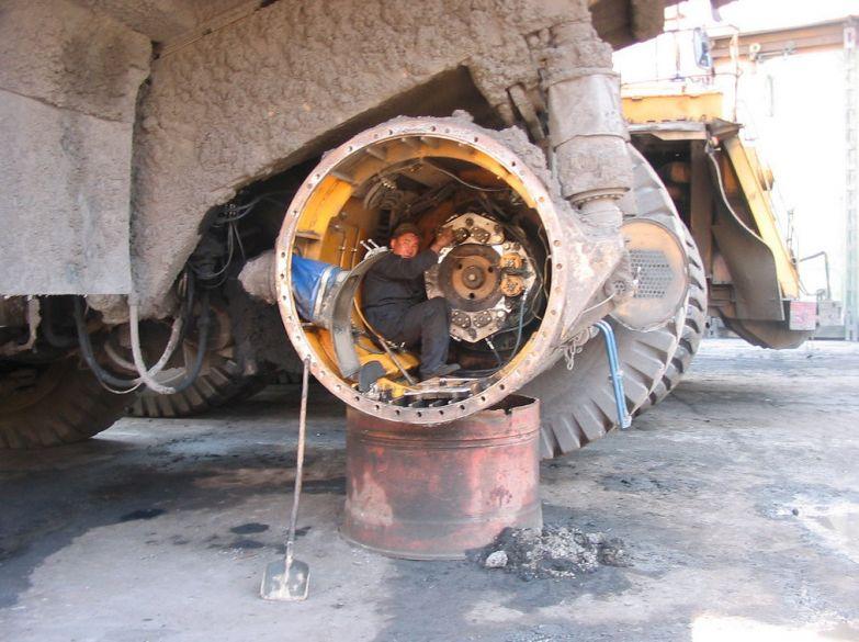 Небольшой ремонт БелАЗа. офис, профессии, работа, юмор