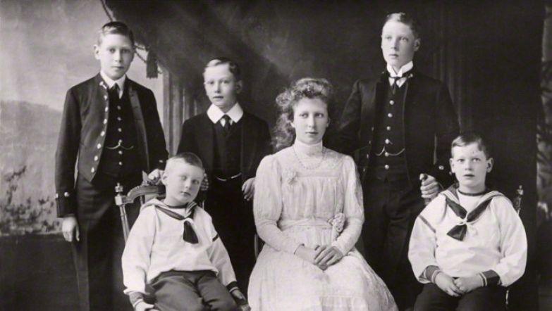 Принц Джордж (крайний справа) со своими братьями и сёстрами в 1912 году. / Фото: www.gettyimages.com