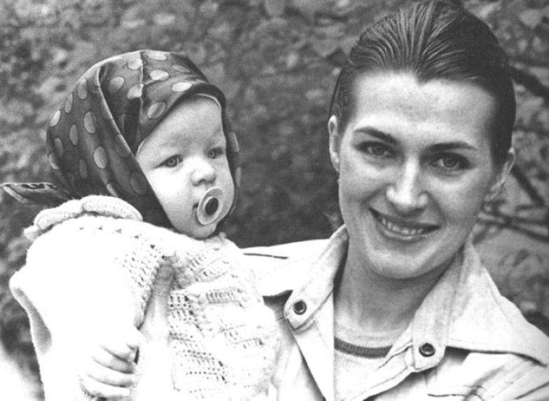 Галина Логинова с дочерью Миллой. Киев, 1976 | Фото: nnm.me