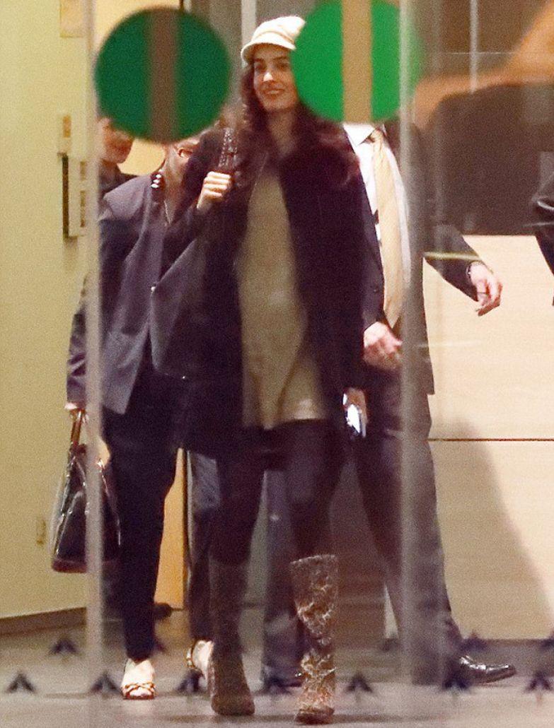 Беременная Амаль Клуни в аэропорту Барселоны