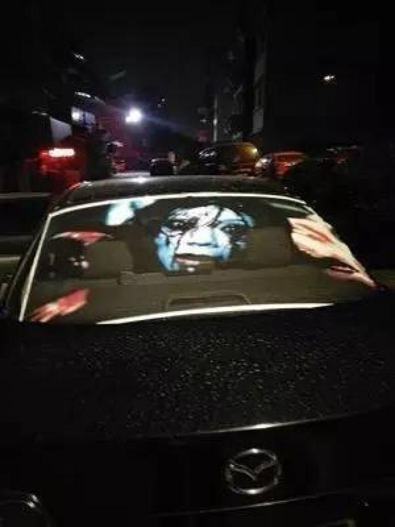 Жуткие картинки поджидают любителей слепить дальним светом авто, дальний свет, дорога, наклейка